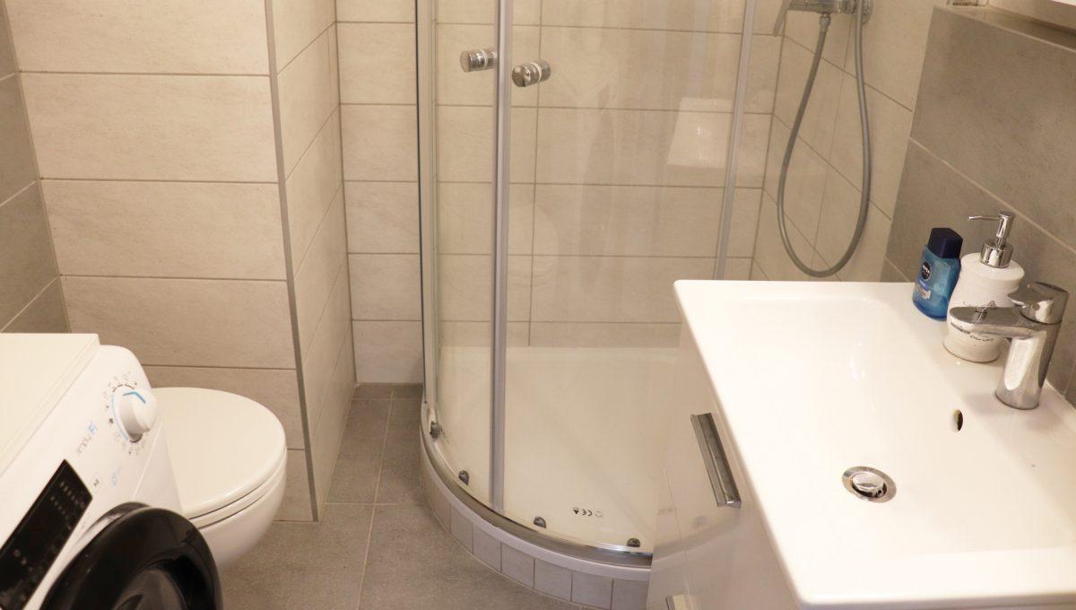 10 Miloslavov 2 izbovy byt s balkonom v novostavbe pohlad na kupelnu so sprchovym kutom a toaletou spolu s prackou
