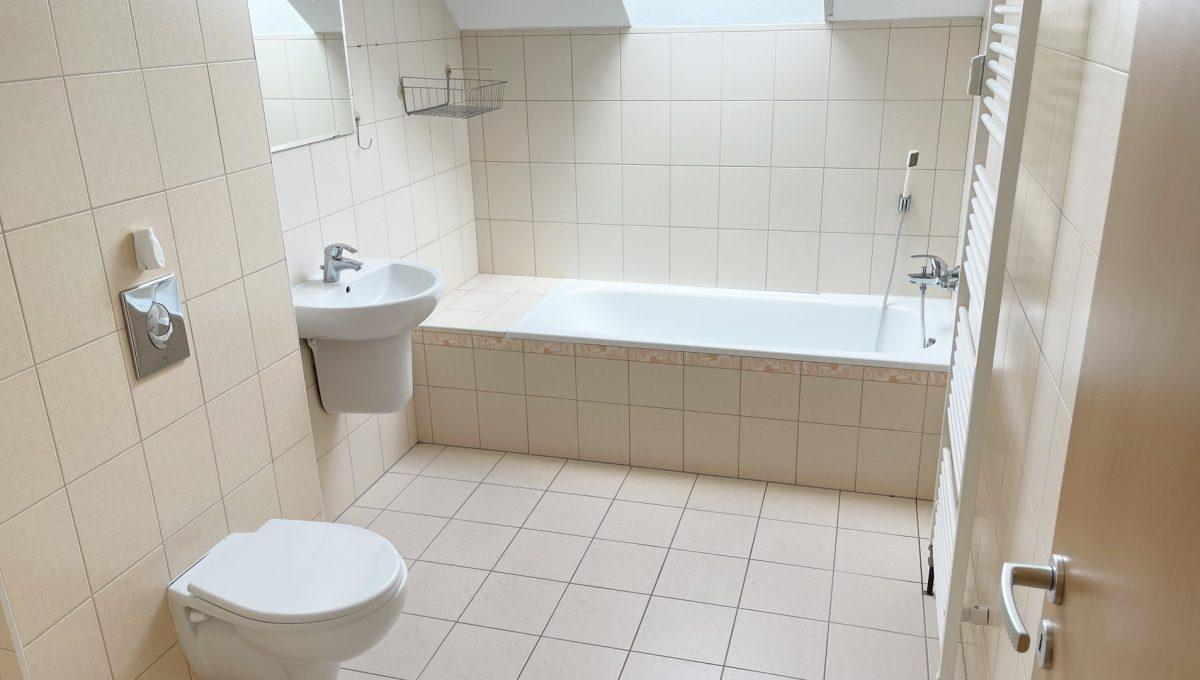 Senec Povazska ulica 3 izbovy byt mezonet na predaj pohlad na velku kupelnu s toaletou na vrchnom poschodi Konfido