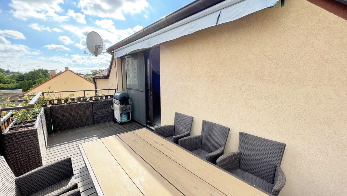 Senec Safarikova Konfido 4 izbovy byt na predaj pohlad na velku terasu s grilom a pohodlnym sedenim so vstupom do obyvacej izby