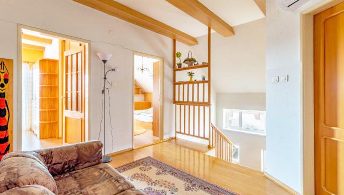 Senec 5 izbovy rodinny dom na predaj Konfido pohlad na schodisko v zariadenom rodinnom dome