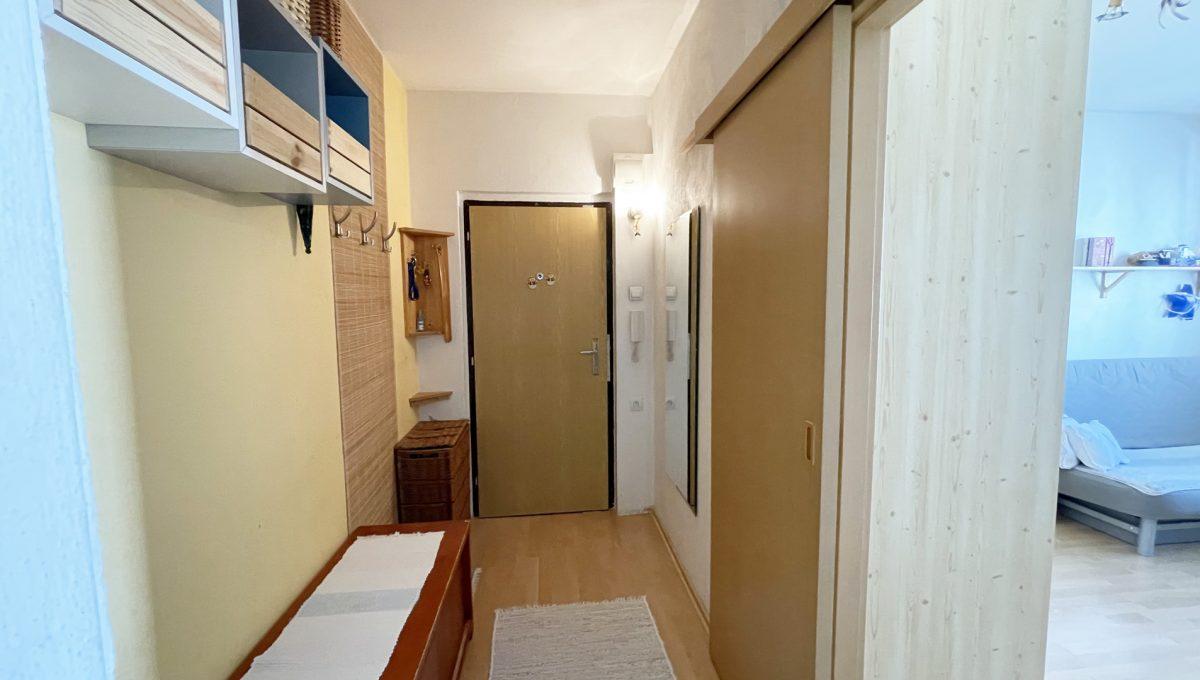 Senec Hurbanova AC 2 izbovy byt v povodnom stave na predaj priamo v centre mesta Senec pohlad od obyvacej izby na vstupnu chodbu Konfido