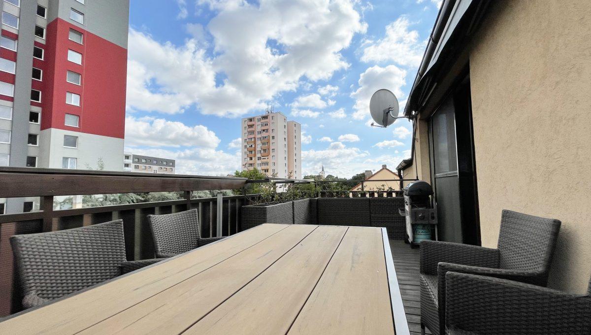 Senec Safarikova Konfido 4 izbovy byt na predaj pohlad na velku terasu s pohodlnym sedenim