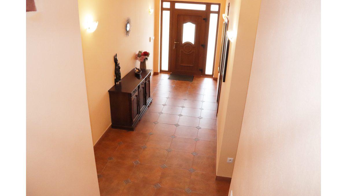 12 Nova Dedinka 4 izbovy rodinny dom na predaj v dobrej lokalite pohad zo schodiska smerom na vstup do domu a vstupnu chodbu