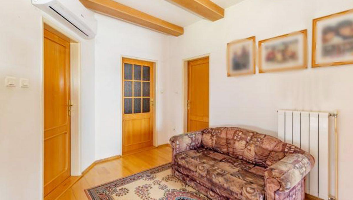 Senec 5 izbovy rodinny dom na predaj Konfido pohlad na galeriu na poschodi so vstupmi do miestnosti