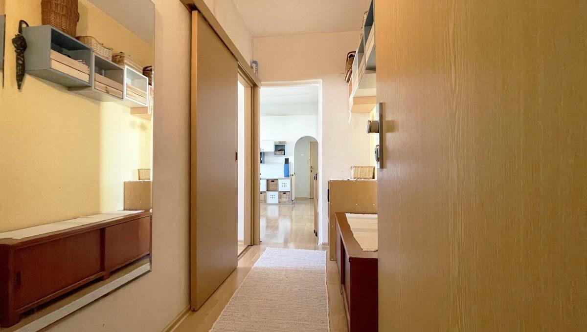 Senec Hurbanova AC 2 izbovy byt v povodnom stave na predaj priamo v centre mesta Senec pohlad od vstupnych dveri smerom do chodby a dalsej castu bytu Konfido