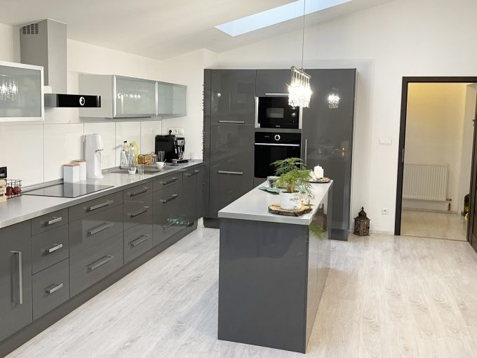 Konfido-Nova-Dedinka-7-izbovy-rodinny-dom-dvojgeneracny-pohlad-od-vstupu-na-terasu-na-krasnu-a-priestrannu-zariadenu-kuchynu-podkrovneho-bytu