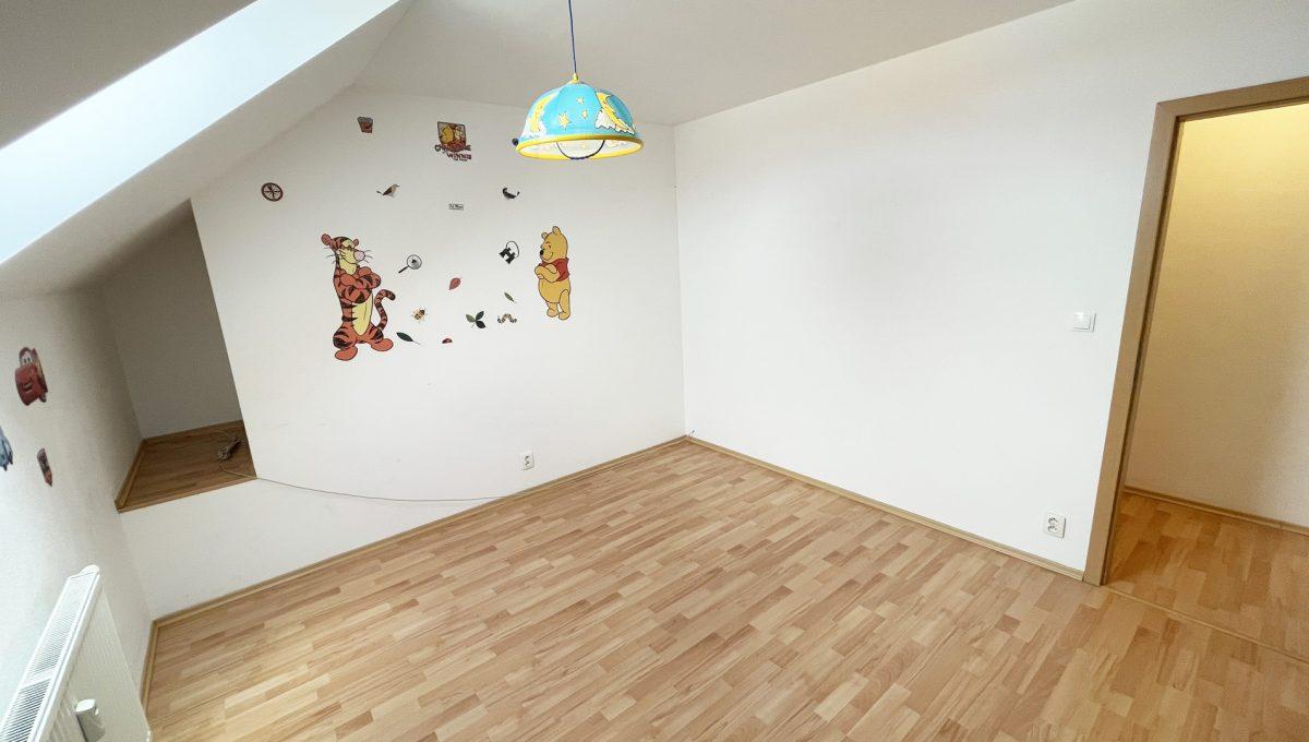Senec Povazska ulica 3 izbovy byt mezonet na predaj pohlad na detsku izbu na poschodi bytu Konfido