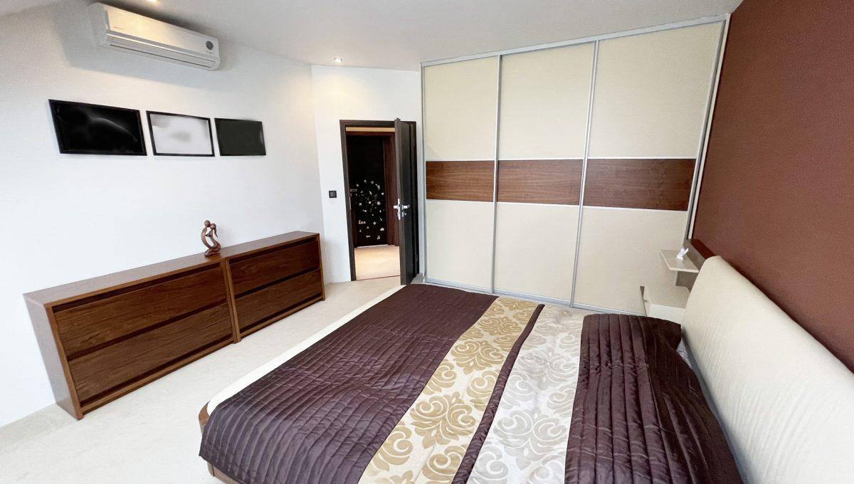 Senec Safarikova Konfido 4 izbovy byt na predaj pohlad na kompletne zariadenu spalnu s velkou roldorovou skrinou