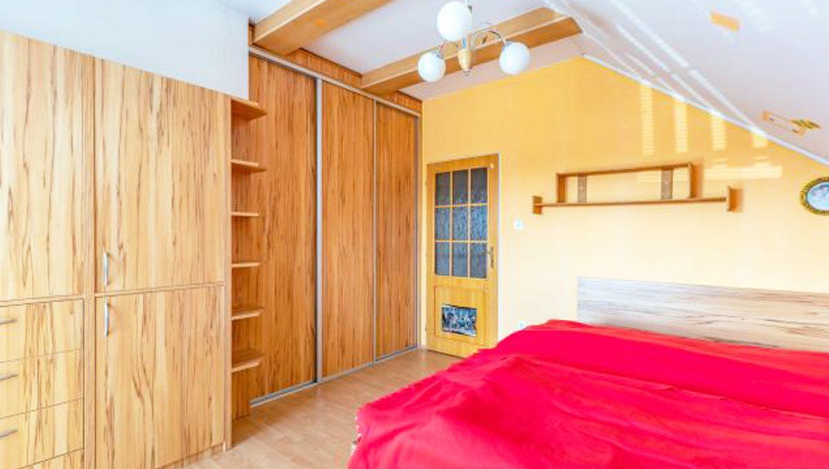 Senec 5 izbovy rodinny dom na predaj Konfido pohlad na zariadenu spalnu na poschodi domu