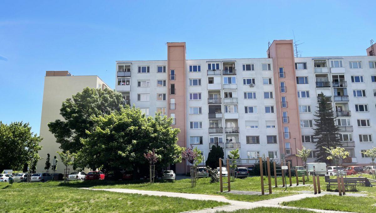 Senec Hurbanova AC 2 izbovy byt v povodnom stave na predaj priamo v centre mesta Senec pohlad na bytovy dom Konfido