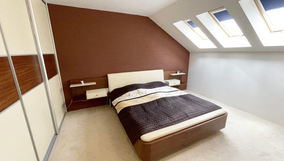 Senec Safarikova Konfido 4 izbovy byt na predaj pohlad na kompletne zariadenu spalnu s roldorovou skrinou a stresnymi oknami