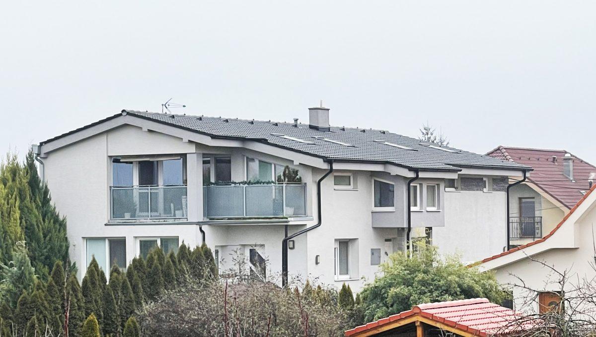 Konfido Nova Dedinka 7 izbovy rodinny dom dvojgeneracny pohlad na terasu a fasadu domu