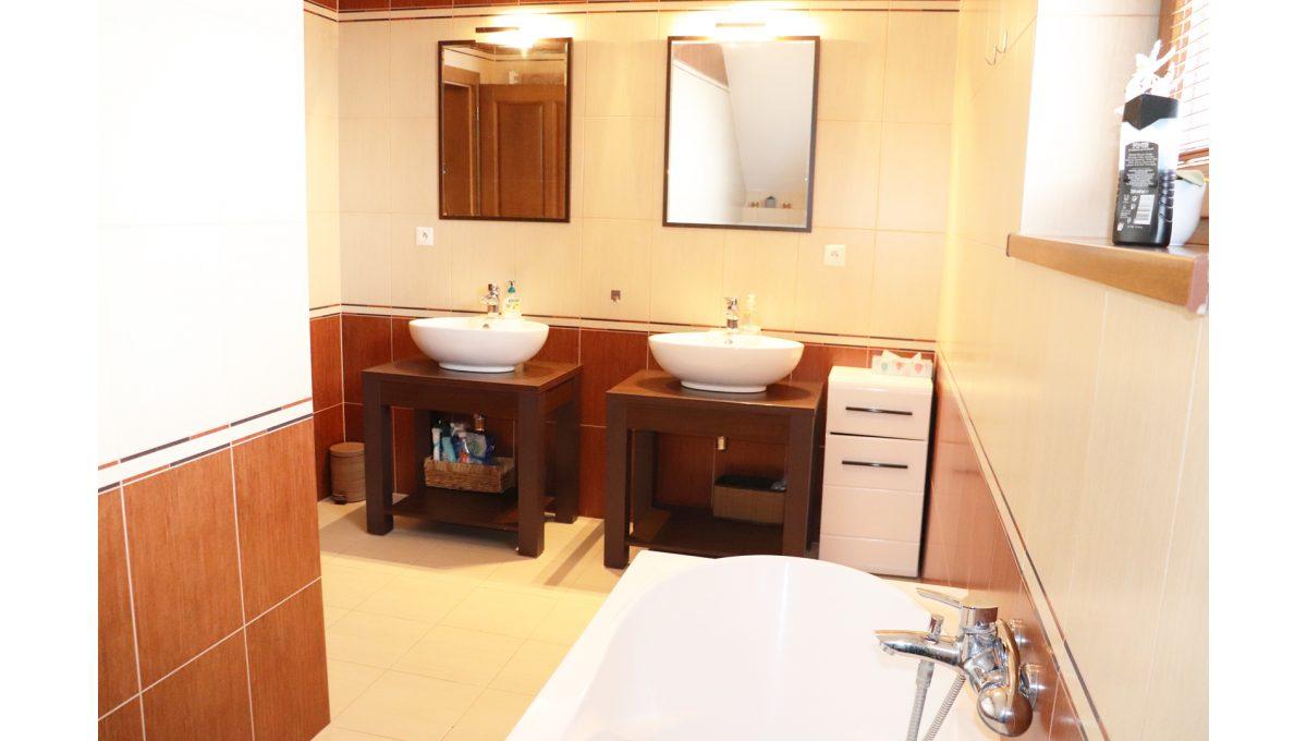 15 Nova Dedinka 4 izbovy rodinny dom na predaj v dobrej lokalite pohad vrchnu kupelnu s dvomi umyvadlami a vanou