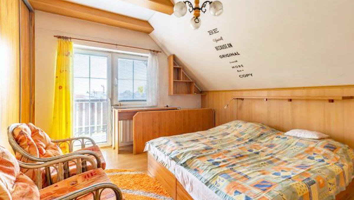 Senec 5 izbovy rodinny dom na predaj Konfido pohlad na zariadenu spalnu so vstupom na balkon