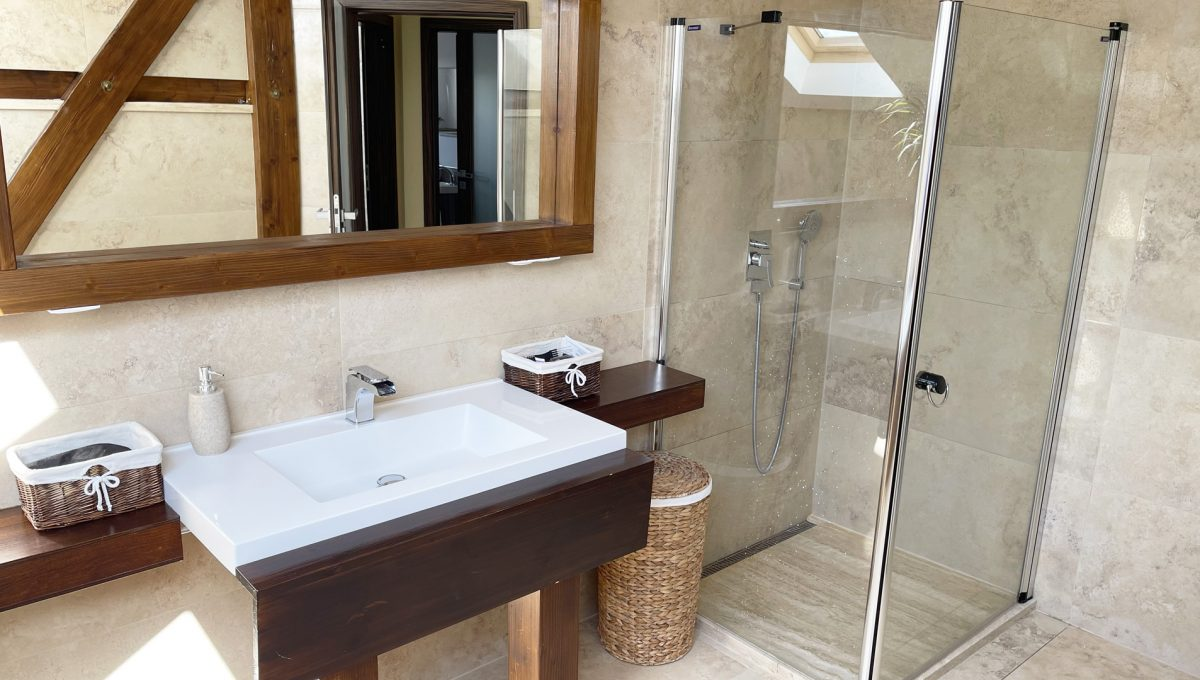 Senec Safarikova Konfido 4 izbovy byt na predaj pohlad priestrannu kupelnu s umyvadlom a velkym sprchovacim kutom