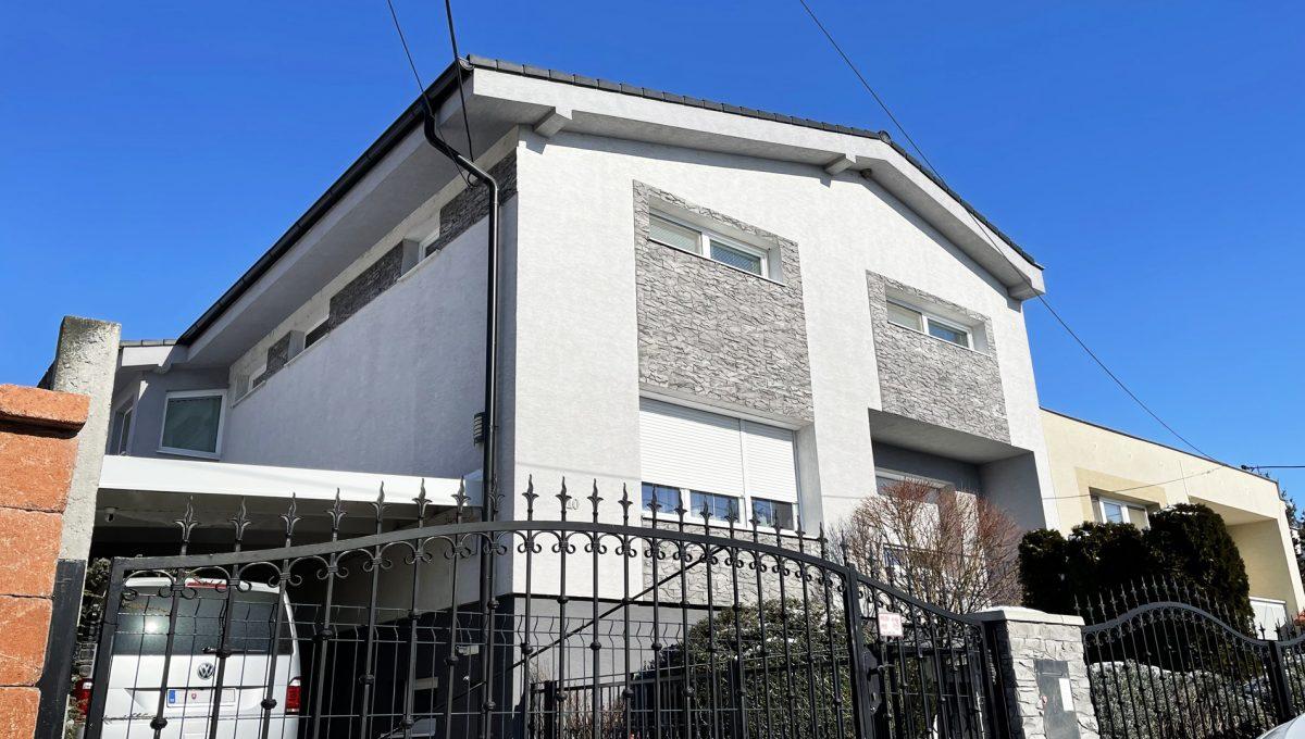 Konfido Nova Dedinka 7 izbovy rodinny dom dvojgeneracny pohlad z ulice na vstupnu branku a prednu fasadu domu