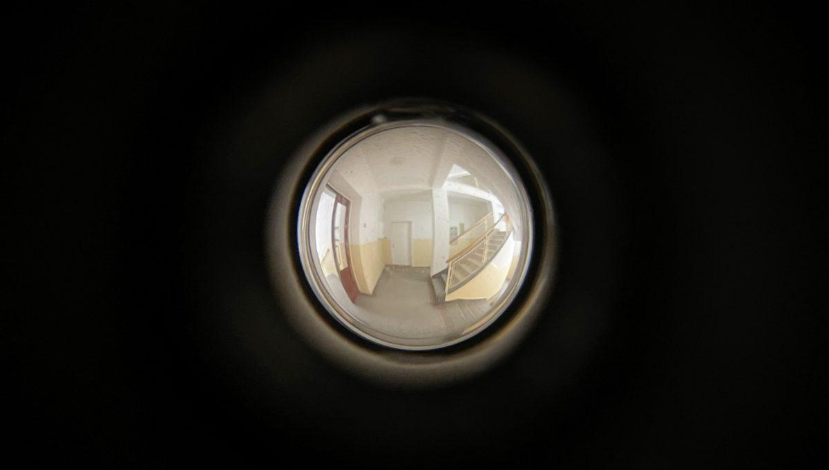 Konfido ponuka na prenajom Povraznicka ulica Bratislava 4 izbovy byt pohlad cez dvere na schodisko domu