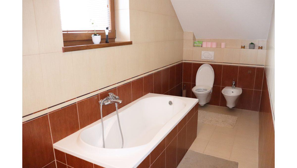 16 Nova Dedinka 4 izbovy rodinny dom na predaj v dobrej lokalite pohad hornu kupelnu s vanou a toaletou s bidetom