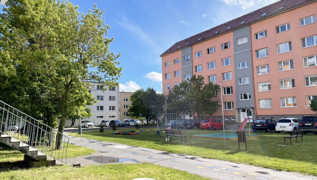Senec Povazska ulica 3 izbovy byt mezonet na predaj pohlad na bytovy dom Konfido