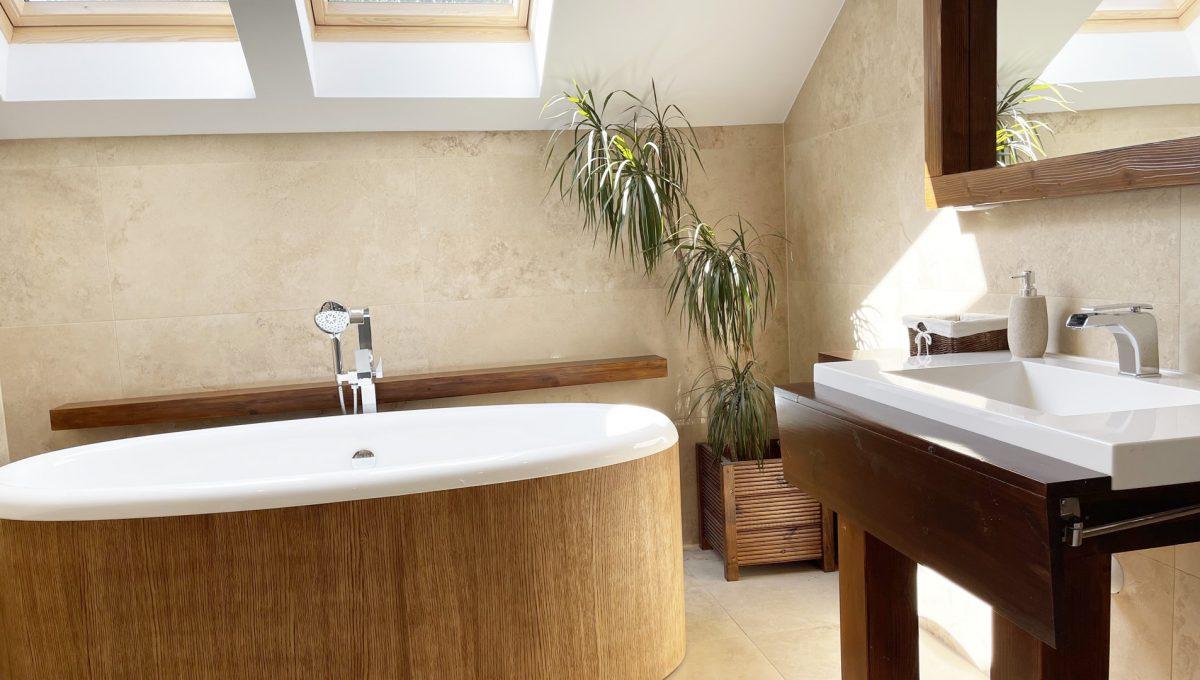 Senec Safarikova Konfido 4 izbovy byt na predaj pohlad na priestrannu kupelnu so samostatne stojacou vanou a umyvadlom