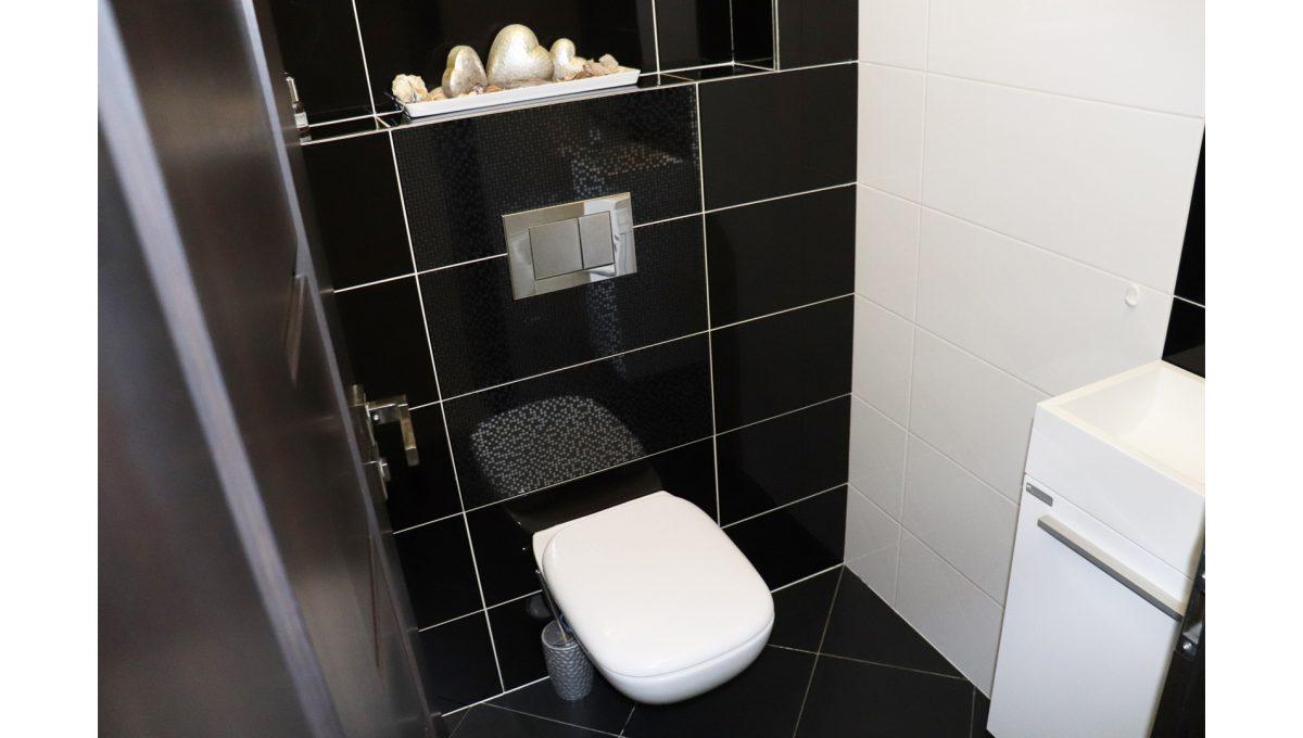 Konfido Nova Dedinka 7 izbovy rodinny dom dvojgeneracny pohlad toaletu podkrovneho bytu