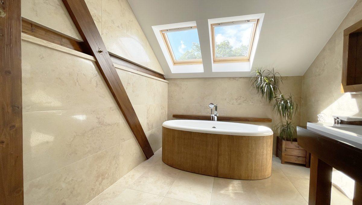 Senec Safarikova Konfido 4 izbovy byt na predaj pohlad na velmi peknu priestrannu kupelnu so samostatne stojacou vanou