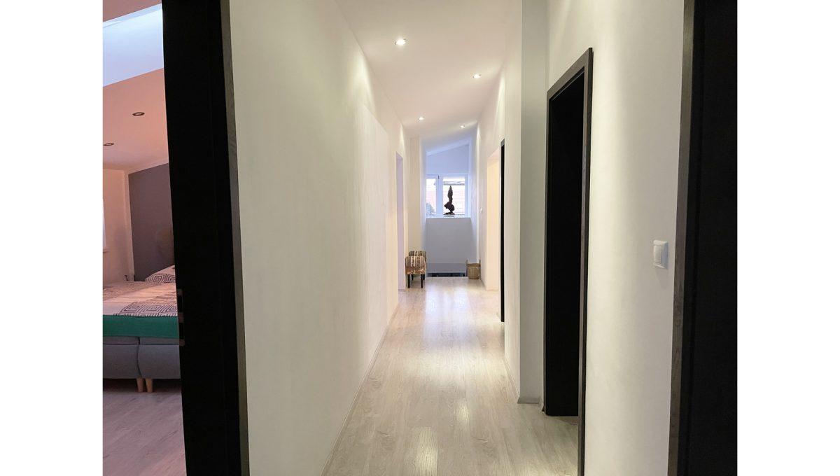 Konfido Nova Dedinka 7 izbovy rodinny dom dvojgeneracny pohlad na chodbu podkrovneho bytu