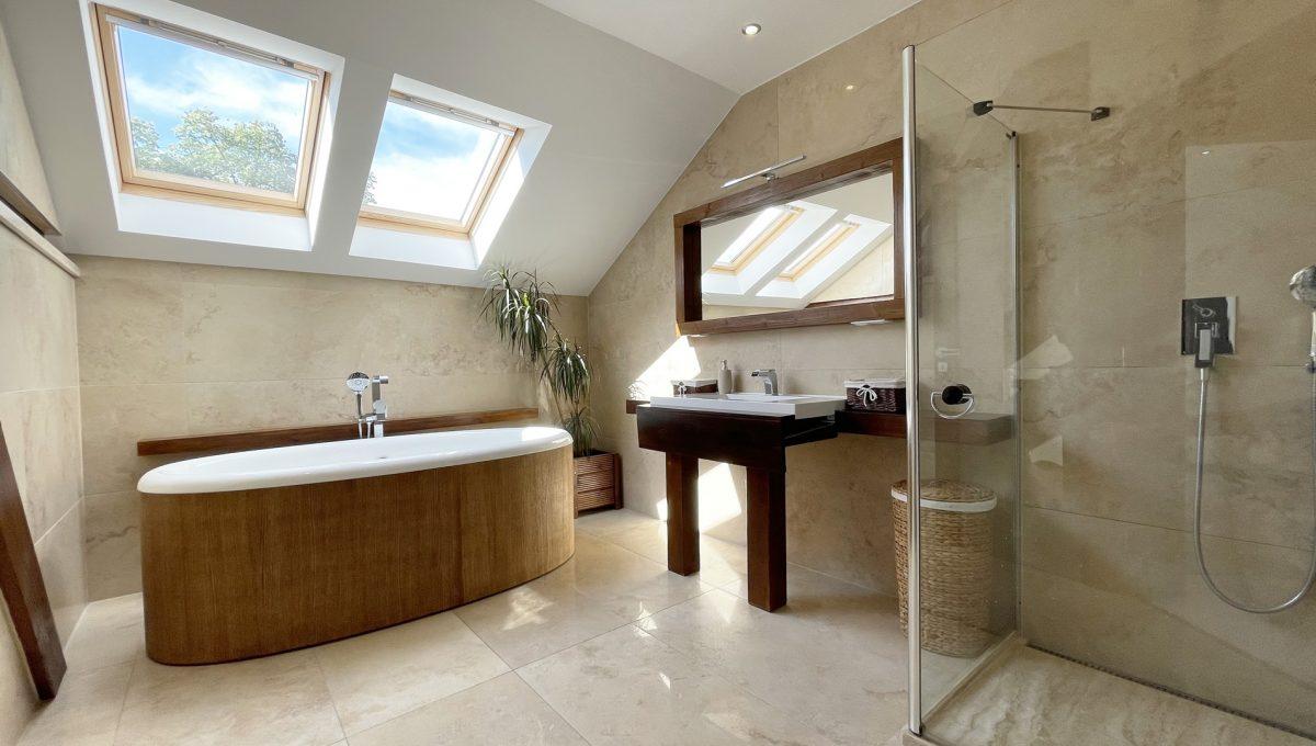 Senec Safarikova Konfido 4 izbovy byt na predaj pohlad na velmi peknu priestrannu a presvetlenu kupelnu so samostatne stojacou vanou a velkym sprchovacim kutom