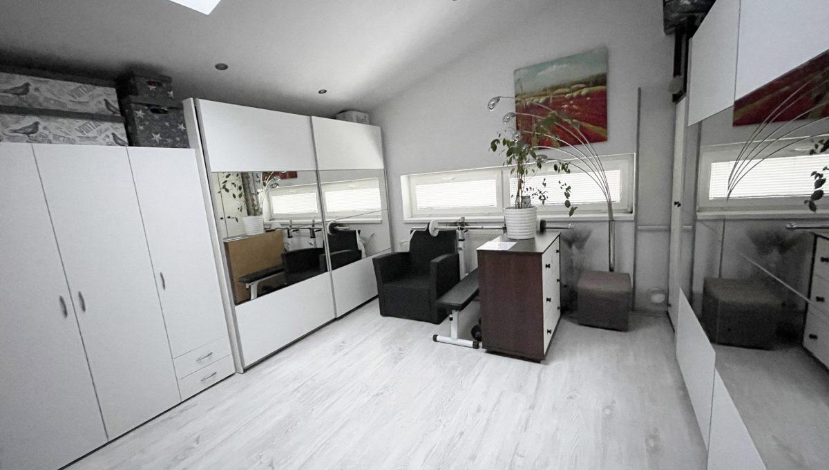 Konfido Nova Dedinka 7 izbovy rodinny dom dvojgeneracny pohlad na krasnu a priestrannu izbu spalnu alebo pracovnu podkrovneho bytu