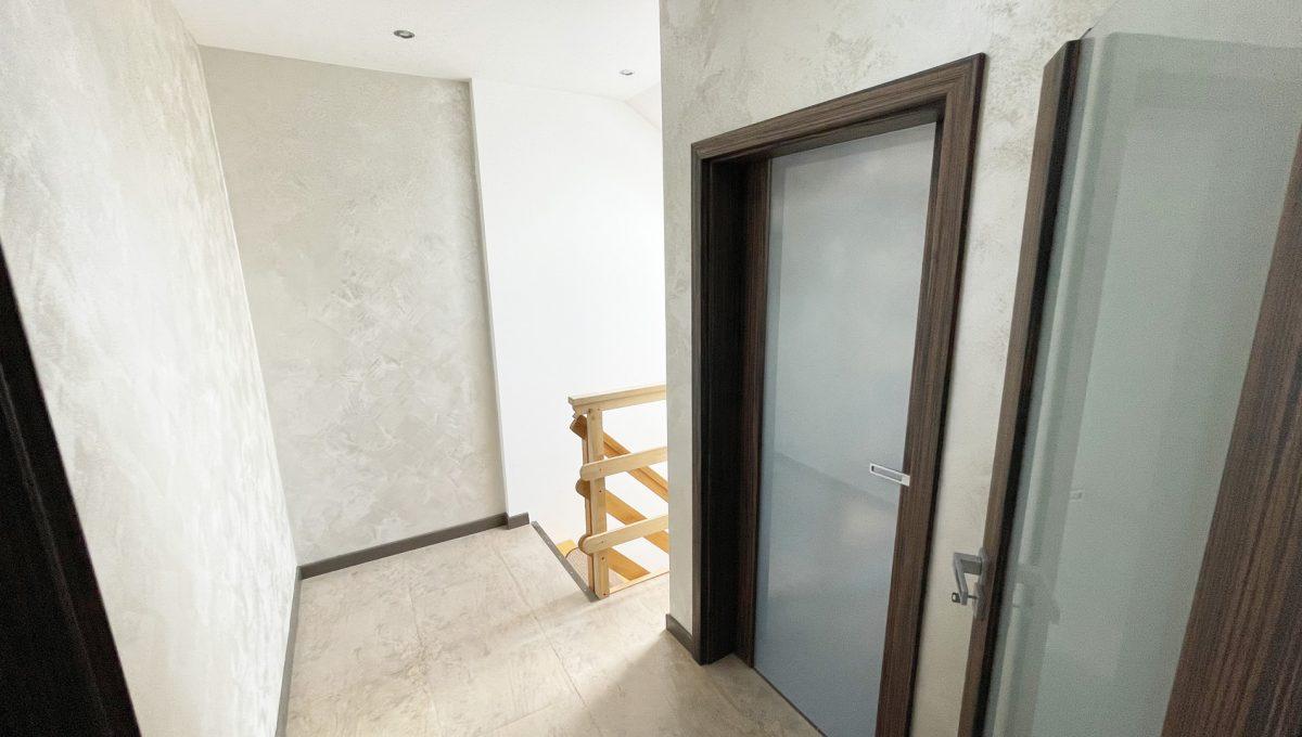 Senec Safarikova Konfido 4 izbovy byt na predaj pohlad na vstup zo spodnej casti bytu a vstupnu chodbu a dvere do komory