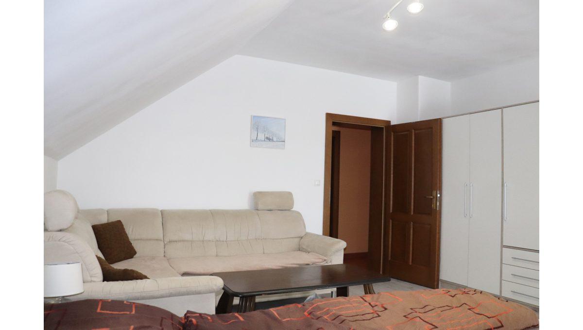 20 Nova Dedinka 4 izbovy rodinny dom na predaj v dobrej lokalite pohad od okna na priestrannu spalnu na poschodi