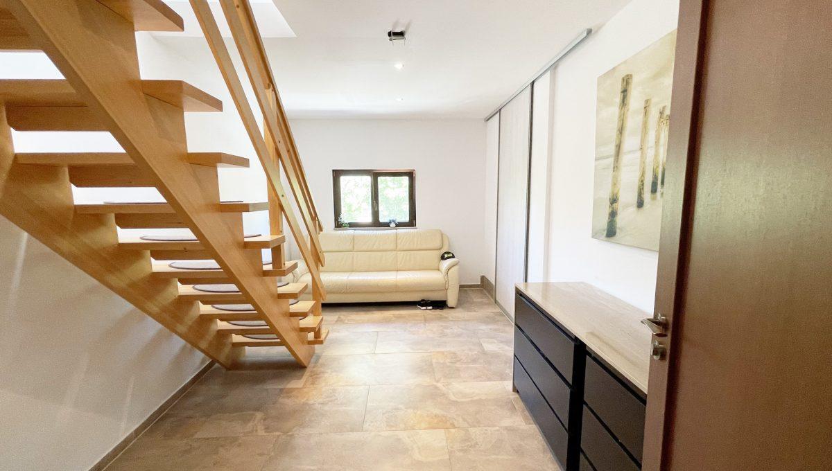 Senec Safarikova Konfido 4 izbovy byt na predaj pohlad od vstupnych dveri do haly so sedackou a schodiskom do bytu