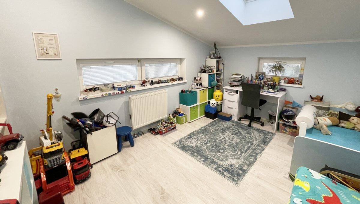 Konfido Nova Dedinka 7 izbovy rodinny dom dvojgeneracny pohlad od vstupu na detsku izbu zariadenu kuchynu podkrovneho bytu
