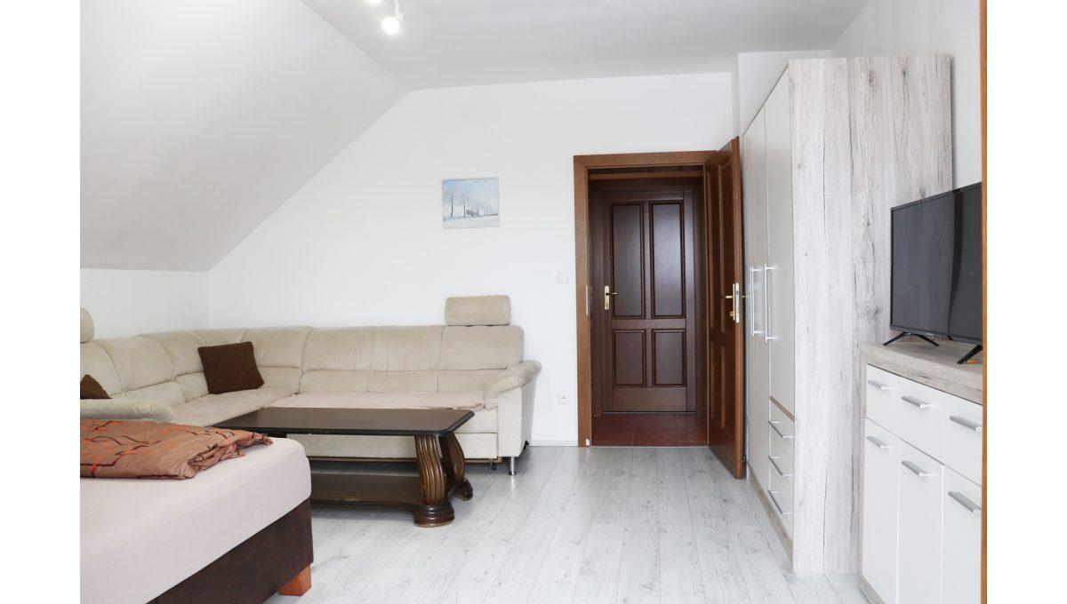 21 Nova Dedinka 4 izbovy rodinny dom na predaj v dobrej lokalite pohad od balkonovych dveri na velku spalnu na poschodi