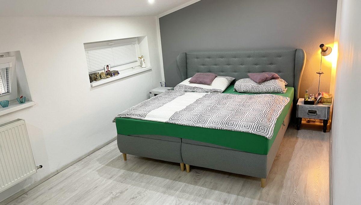 Konfido Nova Dedinka 7 izbovy rodinny dom dvojgeneracny pohlad na krasnu a priestrannu spalnu podkrovneho bytu