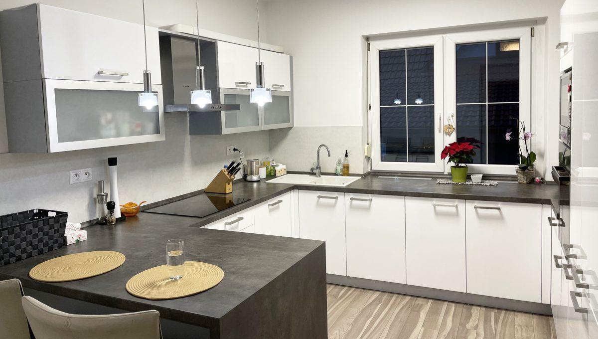Konfido Nova Dedinka 7 izbovy rodinny dom dvojgeneracny pohlad od vstupu na krasnu kompletne zariadenu kuchynu prveho bytu domu