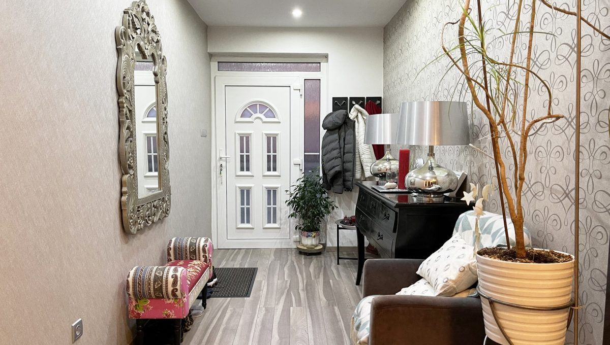 Konfido Nova Dedinka 7 izbovy rodinny dom dvojgeneracny pohlad na vstupnu chodbu do prveho bytu domu