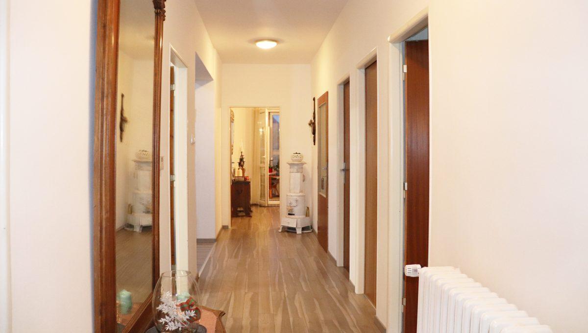 Konfido Nova Dedinka 7 izbovy rodinny dom dvojgeneracny pohlad od spalne na chodbu prveho bytu domu