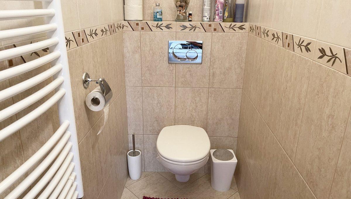 Konfido Nova Dedinka 7 izbovy rodinny dom dvojgeneracny pohlad na toaletu prveho bytu domu