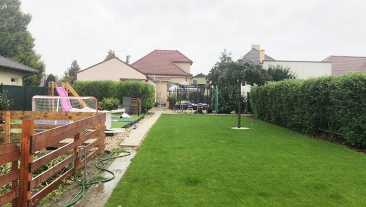 Konfido Tomasov ponuka dvoch samostatnych domov pohlad z konca zahrady na velky pozemok
