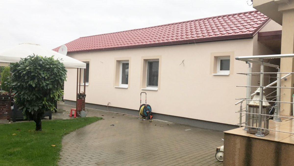 Konfido Tomasov ponuka dvoch samostatnych domov pohlad cast dvora za domami