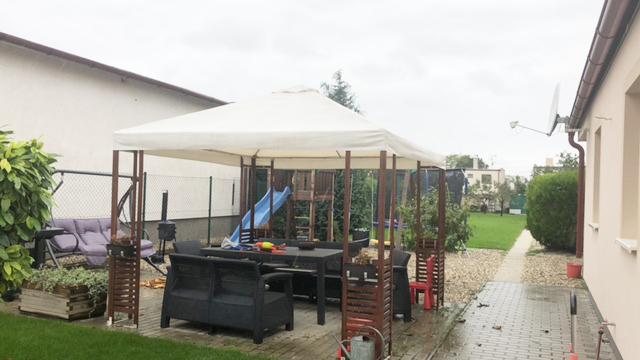 Konfido Tomasov ponuka dvoch samostatnych domov pohlad na altanok s detskym ihriskom pri dome