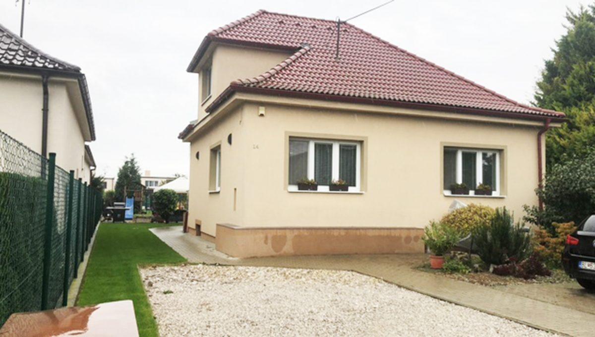 Konfido Tomasov ponuka dvoch samostatnych domov pohlad z prednej casti pozemku na priestor pred domom