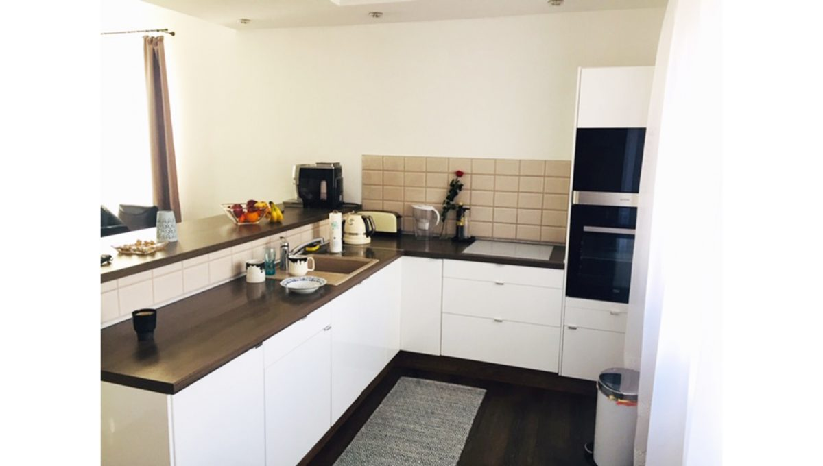 Konfido Tomasov ponuka dvoch samostatnych domov pohlad na zariadenu kuchynu pri obyvacej izbe