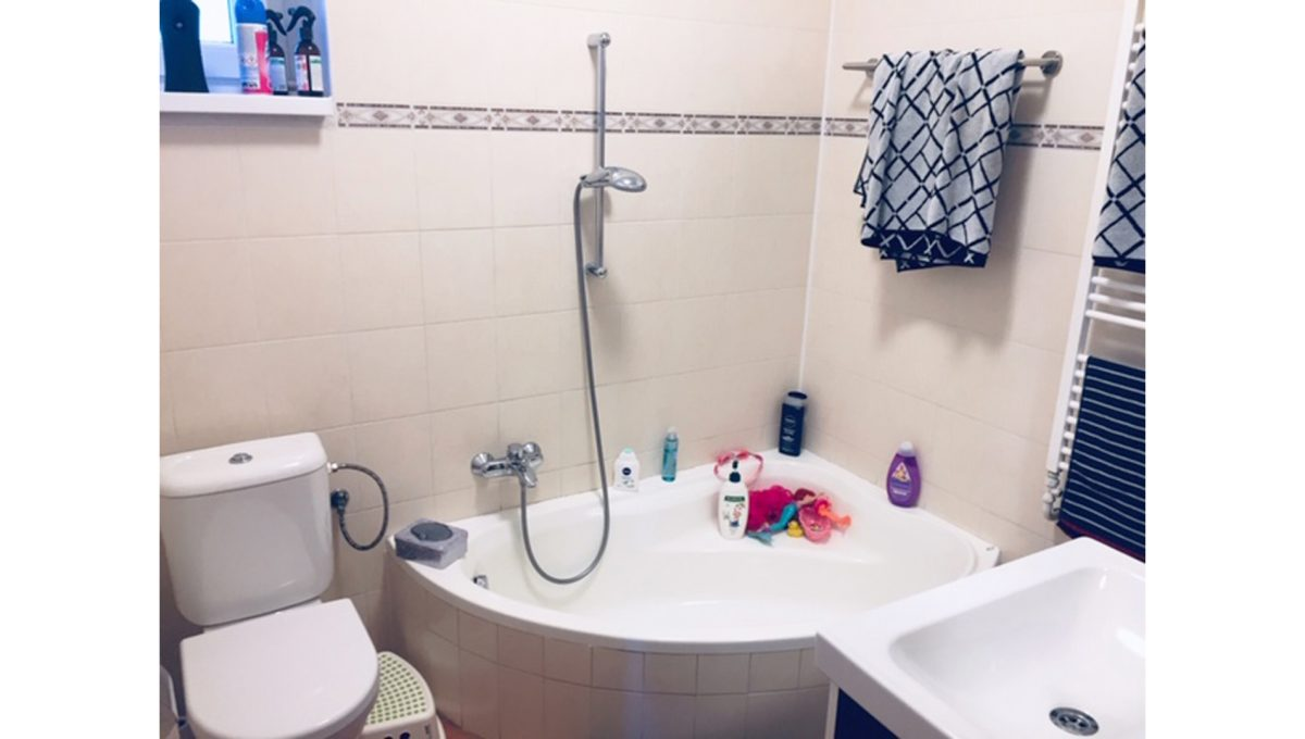 Konfido Tomasov ponuka dvoch samostatnych domov pohlad na kupelnu s rohovou vanou a toaletou