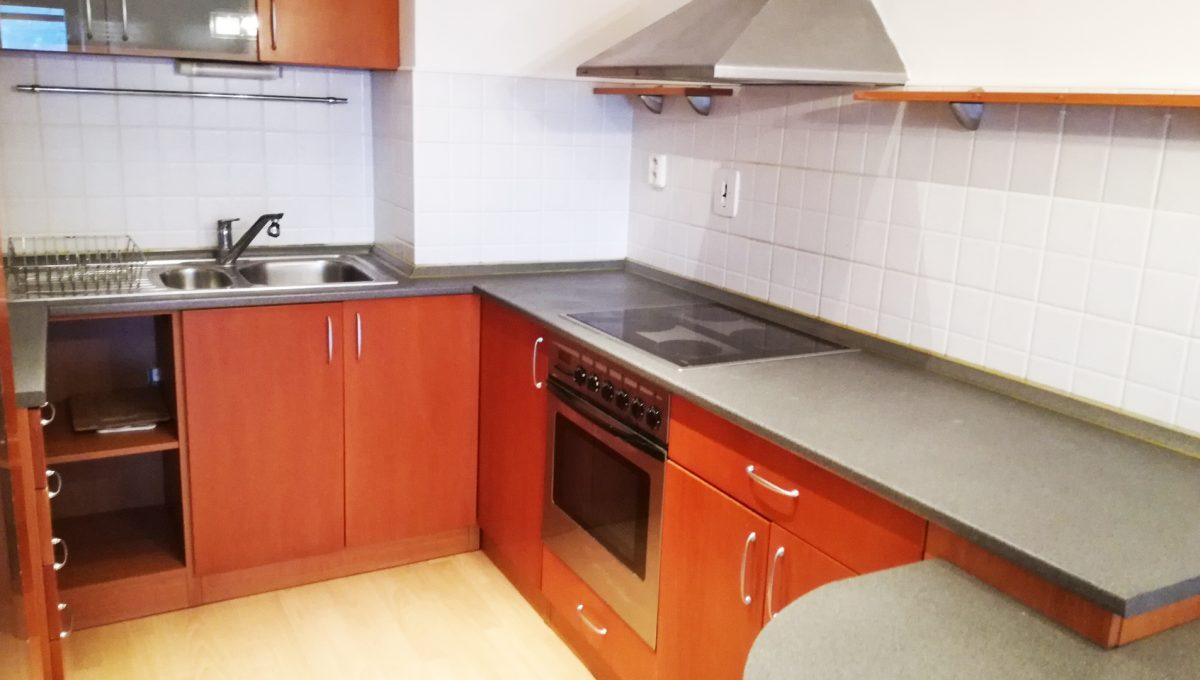 Bernolakovo-02-Obilna-ulica-mensi-2-izbovy-byt-na-prenajom-pohlad-na-kuchynsku-linku