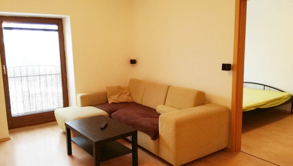 Bernolakovo-04-Obilna-ulica-mensi-2-izbovy-byt-na-prenajom-pohlad-z-kuchyne-smerom-na-obyvaciu-izbu-a-vstup-do-spallne