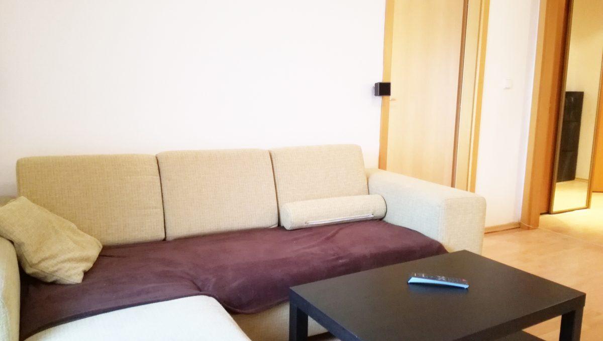 Bernolakovo-06-Obilna-ulica-mensi-2-izbovy-byt-na-prenajom-pohlad-na-cast-obyvacej-izby-a-vstupy-do-spalne-a-vstupnej-chodby