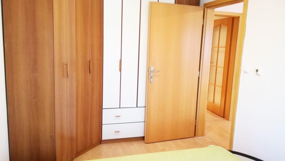 Bernolakovo-08-Obilna-ulica-mensi-2-izbovy-byt-na-prenajom-pohlad-na-skrine-v-spalni-a-vstupne-dvere