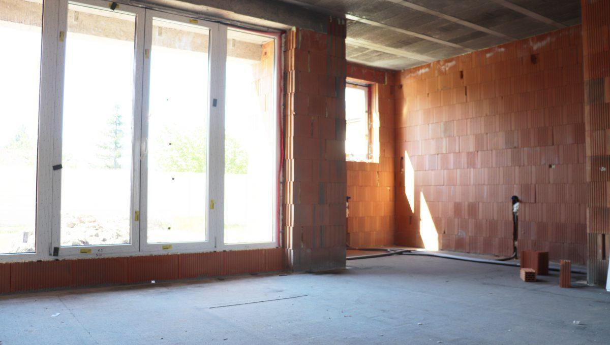 Bernolakovo 12 Konfido 5 izbovy rodinny dom na predaj pohlad na cast obyvacej izby s kuchynou a vstupom na terasu s pozemkom za domom